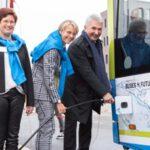Wirtschafts- und Innovationsminister von NRW Prof. Dr. Andreas Pinkwart (von rechts), die Präsidentin der Bezirksregierung Münster Dorothee Feller und Westfalen Vorständin Dr. Meike Schäffler bei der Tankvorführung an der mobilen Wasserstoff-Tankstelle.